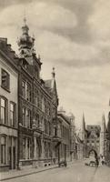 F000259 Broederweg met links hotel des Pays Bas en rechts de Broederpoort.