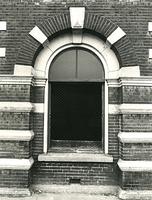 F003925 Raam met gaas aan de voorzijde van het gebouw Indiana aan de IJsselkade voor de restauratie.
