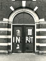 F003930 Hoofdingang aan de voorzijde van de voormalige sigarenfabriek Indiana aan de IJsselkade voor de restauratie..