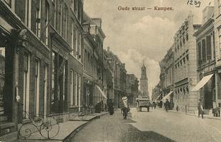 F001239 De Oudestraat ter hoogte van de sigarenfabriek Smit en ten Hove, (het grote pand tussen de twee zonneweringen ...