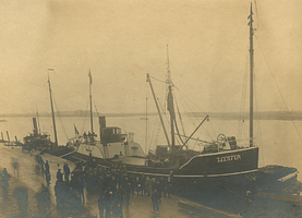 F009108 De Zeester aan de kade in Kampen. Achter de mast op het middendek rechts zijn vaag de kalkovens aan het ...