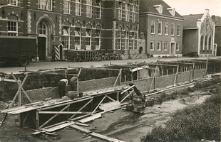 F006227 Renovatie van de stadgracht de Burgel, voor de Vloeddijk kazerne wordt de kademuur opnieuw opgemetseld, ...