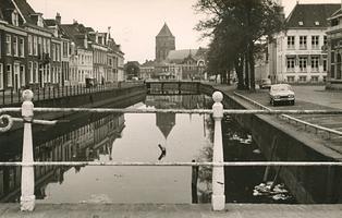 F006251 Uitzicht over de Burgel vóór de renovatie vanaf de Broederbrug,deze brug, en de wat verop gelegen Meeuwenbrug ...