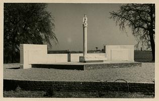 F006279 Herdenkingsmonument aan De la Sablonierekade. Dit gedeelte van de IJsselkade is vernoemd naar mr. S.H. de la ...