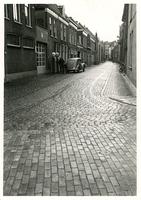 F005951 Bij de ingang van de Burgwalstraat aan de Burgelzijde staat de bezinepomp van garage Van Winsum.