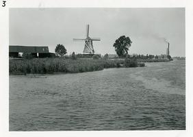 F006160 De IJssel, links de schuur van houthandel Kramer, in het midden de molen d'Olde Zwarver, en rechts, aan de ...