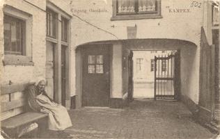 F000502 De binnenplaats bij het poortgebouw van de Gast- en Proveniershuizen aan de Burgwal, gesloopt in 1956 om Huize ...