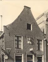 F000186 Bovenste gedeelte van de pui van het winkel/woonhuis aan de Bovennieuwstraat nr.108, boven het uithangbord met ...
