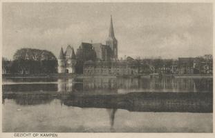 F000088 Gedeelte van de IJsselkade rond de Koornmarktspoort en de daar achter gelegen Bovenkerk.
