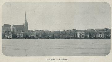 F000091 De Bovenkerk en de woningen aan de IJsselkade bovenstrooms.