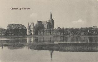 F000092 De Koornmarktspoort en de Bovenkerk, links de woningen aan de IJsselkade.