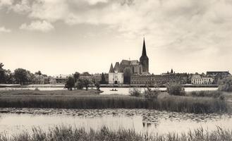 F000101 De Bovenkerk met daarvoor de Koornmarktspoort die aan weerszijden wordt geflankeerd door De la Sablonièrekade ...