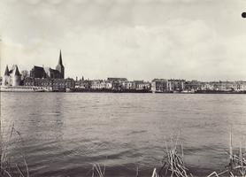 F000106 Aanzicht van de stad Kampen over de IJssel, v.l.n.r. witte Koornmarktspoort, de Bovenkerk.