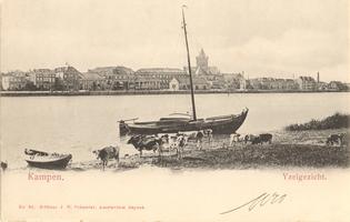 F000118 Gezicht op de stad stroomafwaarts, met o.a. toren van de Buitenkerk.