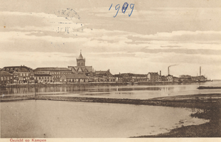 F000122 Aanzicht van de stad Kampen stroomafwaarts, in het midden de R.K. Onze Lieve Vrouwe- of Buitenkerk.