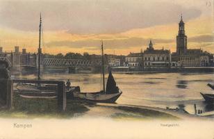 F000125 Stadsgezicht met torens en masten van de boten op de voorgrond, helemaal links de Nieuwe Toren, en links ...