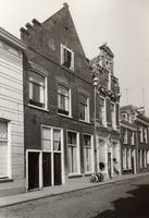 F000160 Viertal woonhuizen met de huisnummers 96 t/m 104 in de Boven Nieuwstraat, op nr. 100 de winkel van de heer de Ridder.