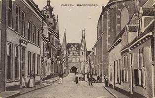 F000228 Broederweg met Doopsgezinde Kerk en het huidige gebouw van de Theologische Hogeschool, aan het eind van de ...