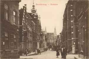 F000229 Broederweg met de Doopgezinde kerk (rechts) en het gebouw van de Theologische Hogeschool (links), aan het eind ...