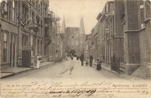 F000230 De Broederweg, links het gebouw van de Theologische Hogeschool, rechts de Doopsgezinde kerk of Anna kapel, aan ...