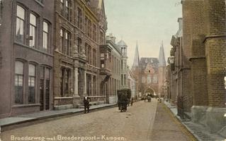 F000232 De Broederweg, links het gebouw van de Theologische Hogeschool, rechts de Doopsgezinde kerk of Anna kapel, aan ...
