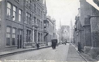 F000233 De Broederweg, links het gebouw van de Theologische Hogeschool, rechts de Doopsgezinde kerk of Anna kapel, aan ...