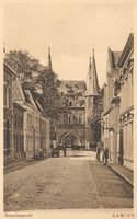 F000240 De Broederweg en de Broederpoort, aan de rechterzijde (bij de lantaarn) staat de Nederlands Gereformeerde kerk. ...