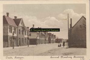 F001181 De Noordweg in de wijk Brunnepe, oudste vermelding is van 1507, de straat temidden van de twee huizenblokken ...