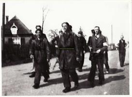 F008748 Twee dagen later kwamen nog twee Duitsers van Zalk uit de IJssel zwemmen. De Canadezen die in café De Kroon een ...