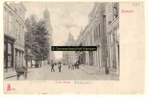 F001275 De Oudestraat, en links bij de bomen het pleintje de Plantage, even verder de Nieuwe Toren, rechts het Oude Raadhuis.
