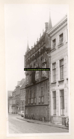 F001357 Gevel van het Oude Raadhuis met het aangrenzende Gemeentehuis aan de Oudestraat, het Oude Raadhuis zoals het er ...