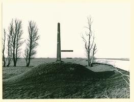F008657 Gedenknaald voor J.C. baron van Haersolte op de Mandjeswaard. Het monument stamt uit 1881 en staat aan de oever ...
