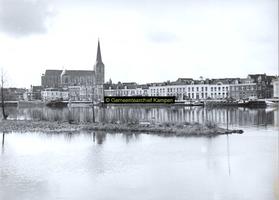 F005736 Bovenkerk en de IJsselkade.
