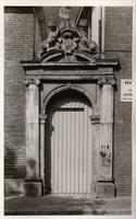 F000842 Poortje van het gebouw van het Linneweversgilde (Groenestraat 160), waarin de firma Siebrand was gevestigd ...