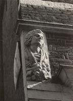 F000264 De linker gebeeldhouwde kop aan de voorgevel van het 17e eeuwse hoekhuis aan de Broederweg.