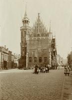 F001303 Restauratie van het Oude Raadhuis aan de Oudestraatzijde in 1898. Links van het Oude Raadhuis en de ...