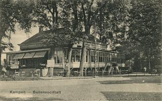 F002107 De oude Buitensocieteit, ooit vertrokken van dit punt de koetsen naar Hasselt en Zwolle, gebouwd in 1889 en ...
