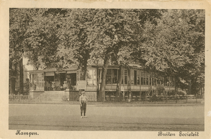 F002108 De oude Buitensocieteit, ooit vertrokken van dit punt de koetsen naar Hasselt en Zwolle, gebouwd in 1889 en ...