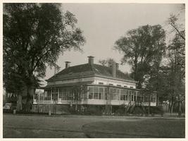 F002112 De oude Buitensocieteit, ooit vertrokken van dit punt de koetsen naar Hasselt en Zwolle, gebouwd in 1889 en ...