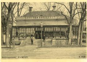 F002115 De oude Buitensocieteit, ooit vertrokken van dit punt de koetsen naar Hasselt en Zwolle, gebouwd in 1889 en ...