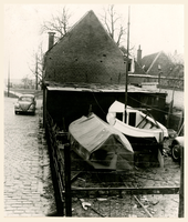 F002121 Opslag van twee zeilboten achter de stadsboederij Tuinsteeg/1e Ebbingestraat.