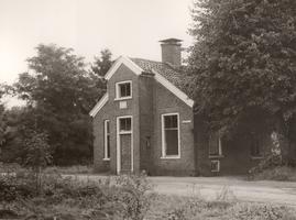 F000910 Het tolhuis aan de Kamperweg tussen Wezep en Heerde, een gevelsteen siert de voorgevel met het wapen van Kampen.