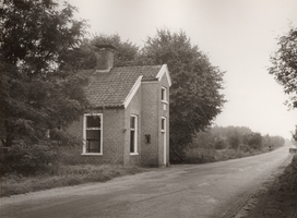 F000911 Het tolhuis aan de Kamperweg tussen Wezep en Heerde, een gevelsteen siert de voorgevel met het wapen van Kampen.