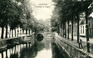 F000316 Stadsgracht de Burgel en de Oorgatbrug, links de Burgwal, rechts de Vloeddijk.