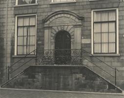 F000330 Hoofdingang van de Latijnse School en Politiebureau (kinderpolitie) aan de Buitennieuwstraat nr. 4, de ...