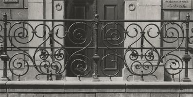 F000331 Middenstuk van het smeedijzeren hek uit 1631 op de zandstenen trap van de voormalige Latijnse School aan de ...