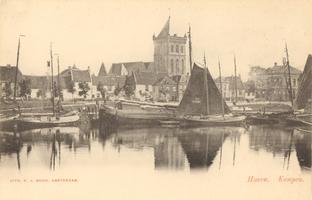 F000283 De Buitenhaven met een aantal zeil- vissersboten, op de achtergrond woningen aan de Hagenkade eb de O.L. ...