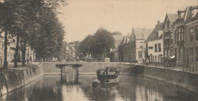 F000353 Stadsgracht de Burgel met de Zwanenbrug, links de Burgwal, rechts de Vloeddijk.