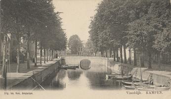 F000354 Stadsgracht de Burgel met Zwanenbrug, rechts de Vloeddijk, links de Burgwal.