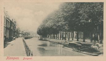 F000368 Temidden van de Vloeddijk (links) en de Burgel (rechts met de bomen) ligt de stadsgracht de Burgel en de ...